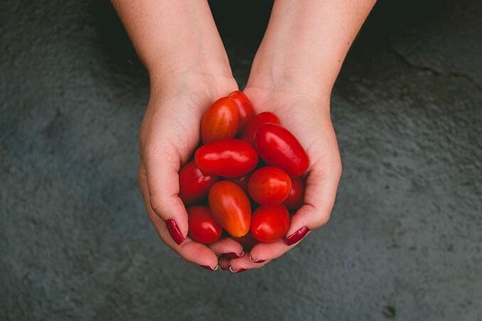 Los tomates ayudan a equilibrar la acidez de la piel - El Círculo de la Belleza